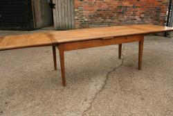 The advantages of a draw leaf table