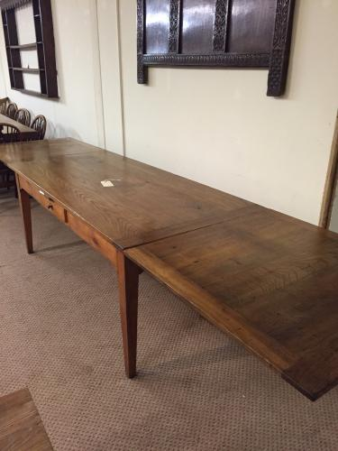 Antique Frech farmhosue table with two extension leaves